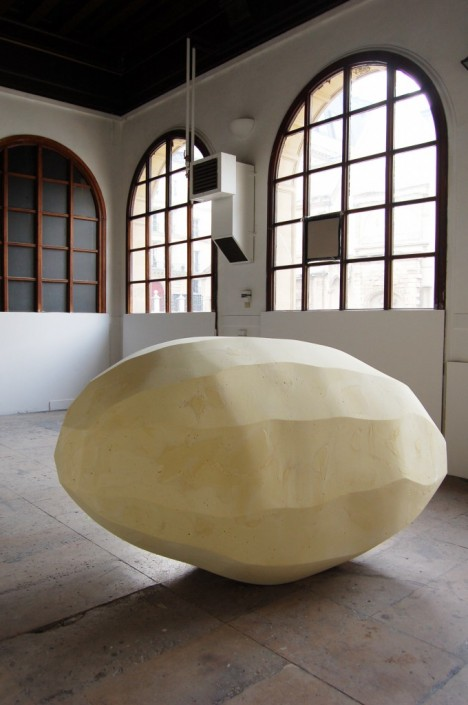Jessica Lajard, Anything you can do I can do better, 2010, Mousse polyuréthane et carton, 146 x 233 x 138 cm
