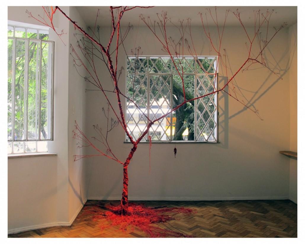 Janaina Mello Landini, Ciclotrama 2, 2011, 3 200m de fils variés, 350 clous, l280x 540 x 420cm, installation in situ, Desvio, Belo Horizonte, Brésil