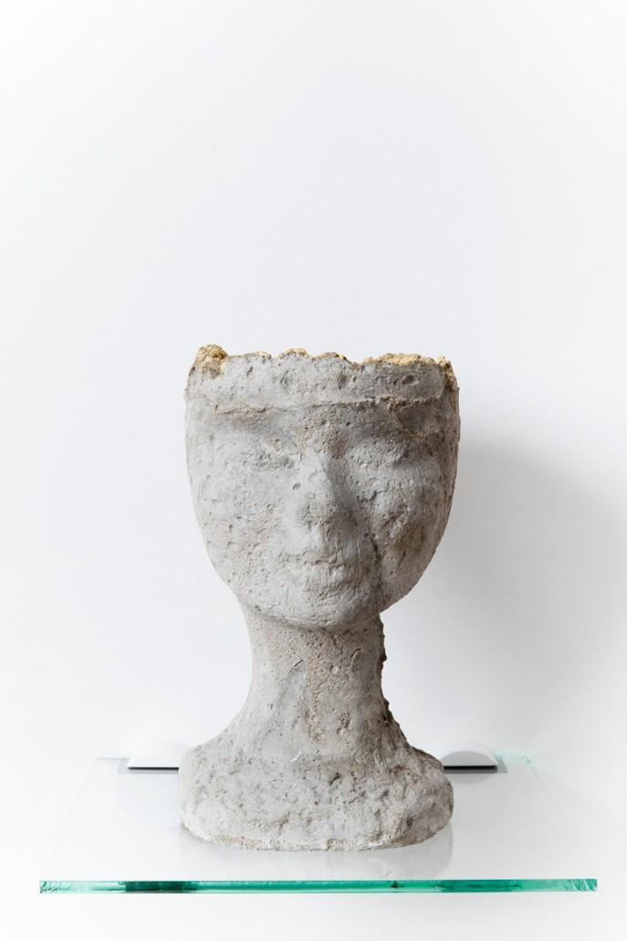 Boris Chouvellon , Petite Main n°3 (Small hand n°3), concrete and golden leaf 22 carats, height : 20 cm, diameter: 13 cm