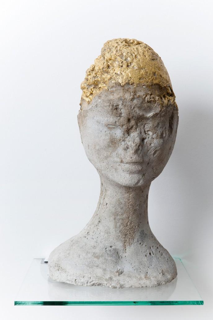 Boris Chouvellon, Petite Main n°5, béton et feuille d'or 22 carats, diamètre : 20 cm, hauteur: 30 cm