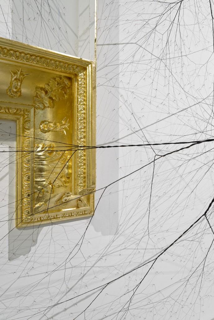 Janaina Mello Landini, Ciclotrama 36, 2015, 200 m de corde en nylon et 14 000 clous, détail de l'installtation in situ au Palais de Tokyo, Paris, France, © Aurélien Mole