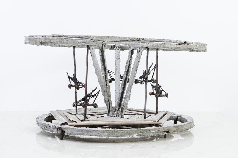 Boris Chouvellon, Un drôle de manège (je passe mon tour), 2014, béton, bois et métal, hauteur: 25 cm, diamètre: 40 cm