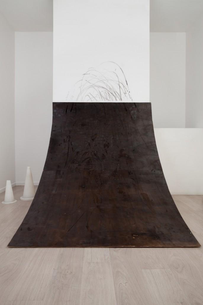 Camille Ayme, Ashes 2 Ashes (in situ), 2016, contreplaqué de hêtre et tasseaux de pin, 153 x 150 x 170cm